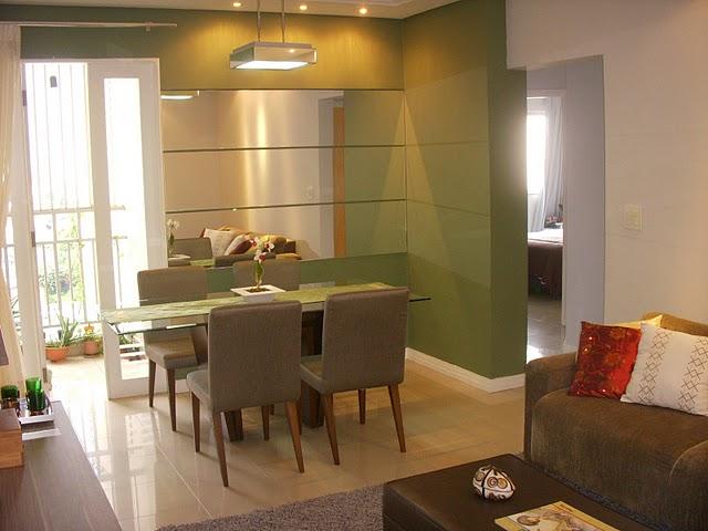 Nessas salas conjugadas, o uso de tapete e as cores diferentes nas