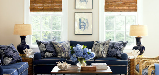 O clássico nessa decoração está nos acessórios, como poltronas estampadas e abajures.