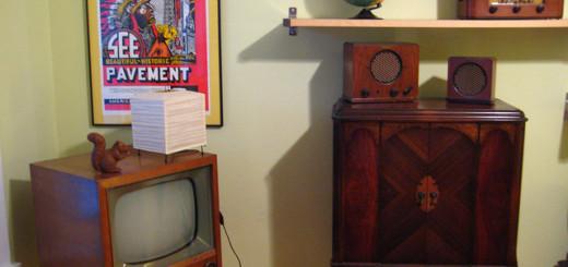 A TV, os rádios e o armário antigos deixam qualquer ambiente com ares de retrô | Foto: On the Road.