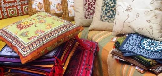 Enfeitar o sofá com almofadas é ótima alternativa para esconder desgastes ou imperfeições. | Foto: Casas Possíveis.