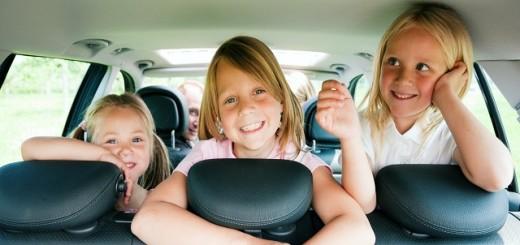 Manter as crianças entretidas é a melhor forma de acalmá-las durante uma viagem de carro | Fotos: Parenting Mojo.