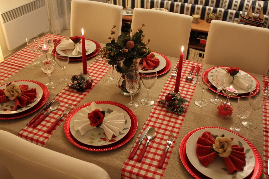 A disposição dos pratos, talheres, copos e enfeites deve ser pensada para garantir harmonia à decoração da mesa | Foto: Busca Fast.