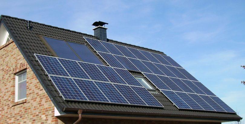 construção sustentável - telhado com painéis solares