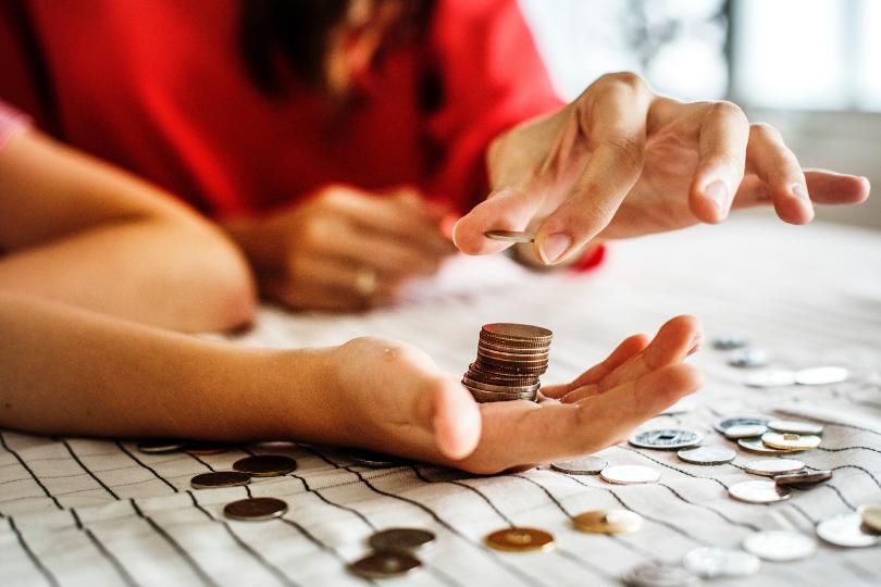 mulher contando moedas