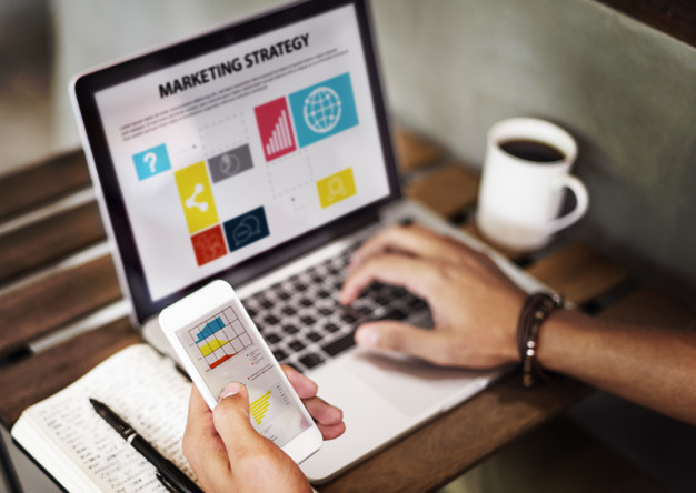 """Imagem de um computador com gráficos e o título """"estratégia de marketing"""""""