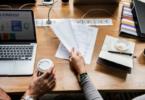 cafés e materiais sobre mesa de trabalho