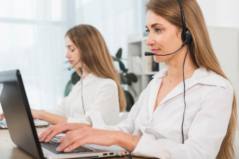 mulher trabalhando em call center