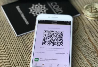 Celular com QR code e moedas
