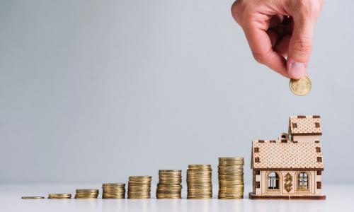 torres de moedas que crescem até chegar no tamanho de uma mini casa