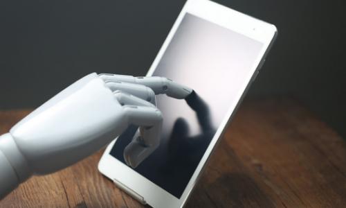 Mão de robô usando um tablet