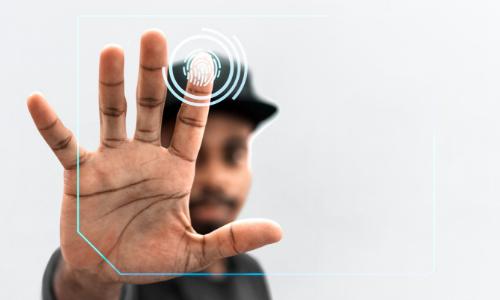 Homem clicando em tela do computado e mostrando digital