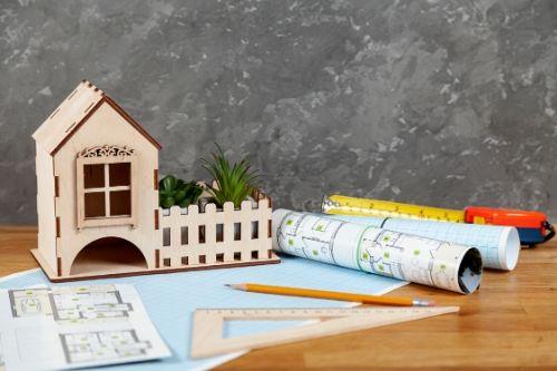 Mesa com plantas e mini casa