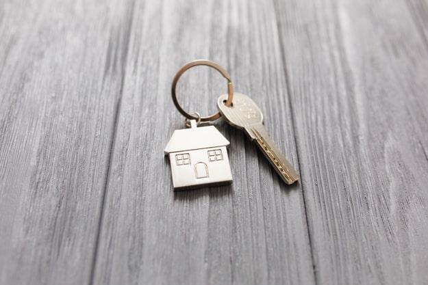 Uma chave com chaveiro de casa sobre a mesa