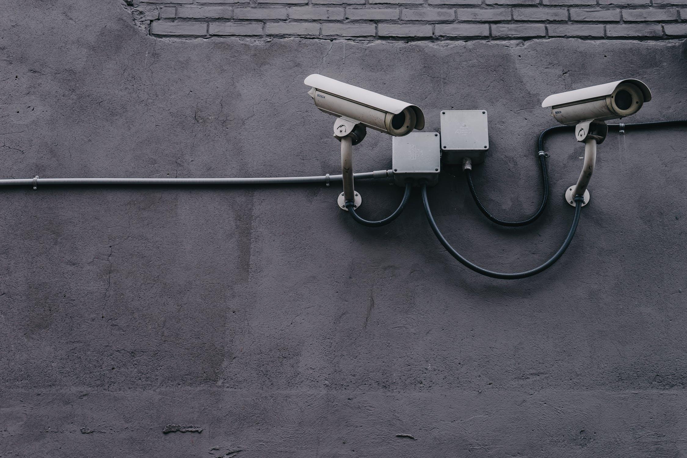 Parede com 2 câmeras de vigilância